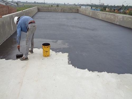 thợ chống thấm sân thượng đang thi công