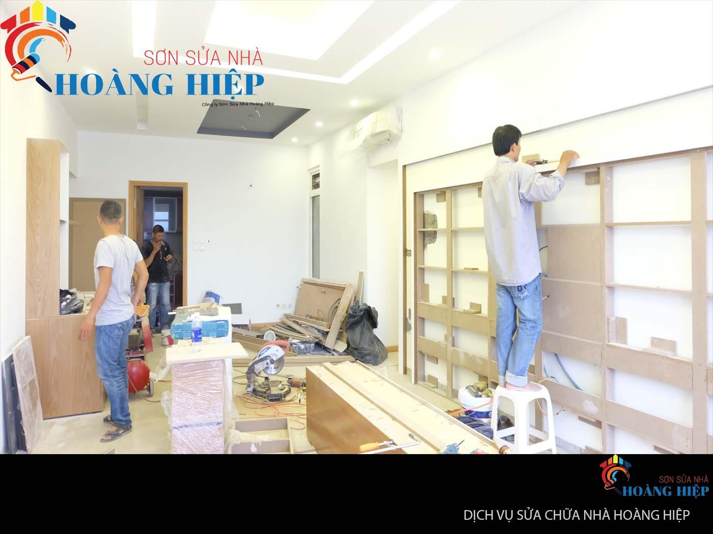 thợ sửa chữa nhà đang thi công