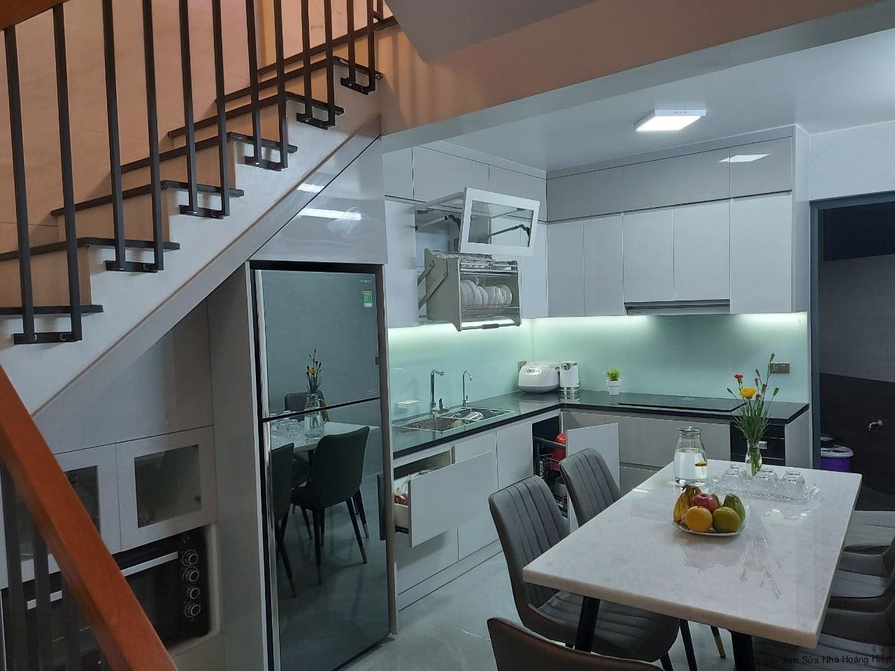 Tủ bếp dưới với bề mặt Melamine hiện đại, thiết kế hộc tủ kéo rộng rãi thuận tiện cho việc nấu nướng