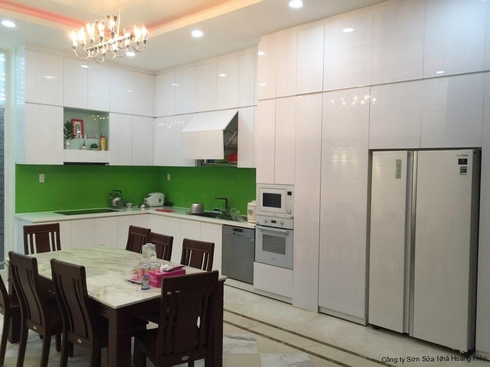Tủ bếp Acrylic hiện đại với bề mặt acrylic và được sản xuất nhiều ô tủ tiện nghi